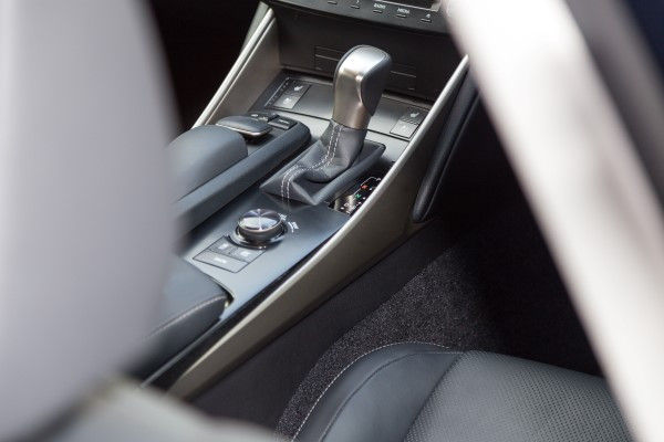 Lexus IS 300h shifter